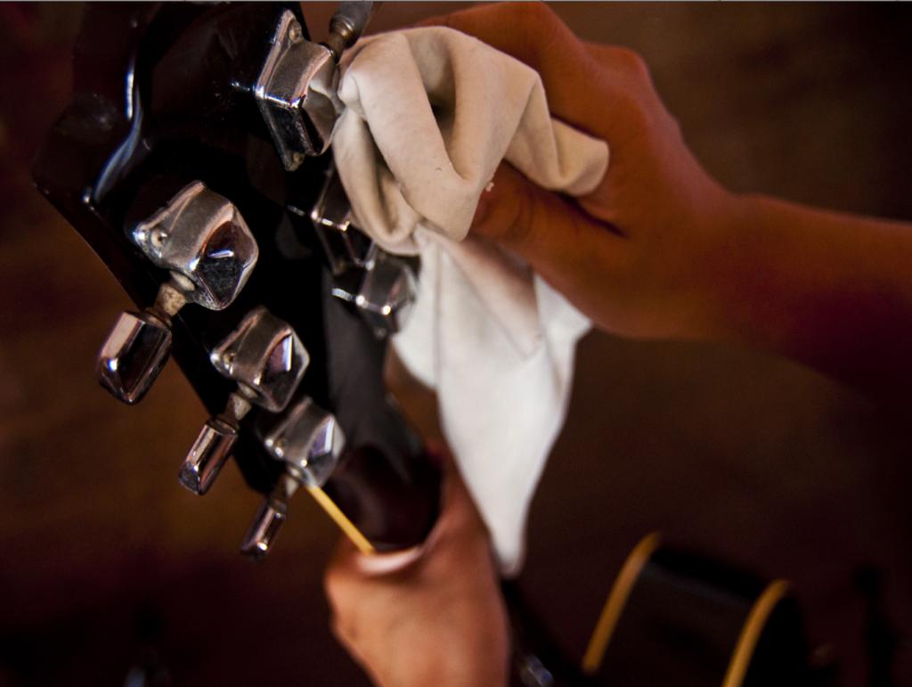 como limpiar una guitarra