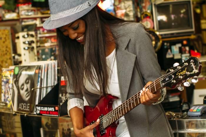 como rasgar una guitarra